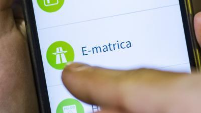 Budapest, 2017. január 5. Autópálya e-matrica vásárlása mobiltelefonnal a Nemzeti Mobilfizetési Rendszer alkalmazás használatával 2017. január 5-én. MTI Fotó: Szigetváry Zsolt