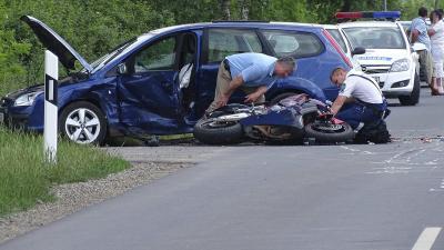Orosháza, 2016. május 27. Összetört gépjármûvek Orosháza és Kaszaper közötti úton, ahol egy motoros összeütközött egy személyautóval 2016. május 27-én. A motorkerékpár vezetõje a helyszínen életét vesztette. MTI Fotó: Donka Ferenc