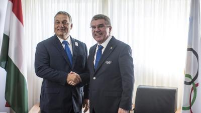 Rio de Janeiro, 2016. augusztus 19. A Miniszterelnöki Sajtóiroda által közreadott képen Orbán Viktor miniszterelnök (b) kezet fog Thomas Bachhal, a Nemzetközi Olimpiai Bizottság (NOB) elnökével tárgyalásukon Rio de Janeiróban 2016. augusztus 19-én. MTI