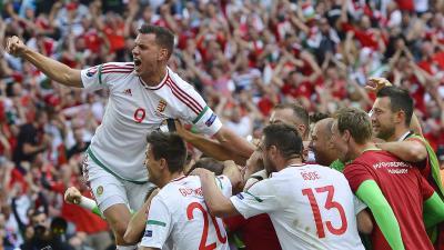 Marseille, 2016. június 18. Szalai Ádám (b) és a magyar labdarúgó-válogatott tagjai ünnepelnek, miután 1-1-es döntetlent játszottak a franciaországi labdarúgó Európa-bajnokság F csoportja második fordulójában játszott Izland - Magyarország mérkõzésen a m