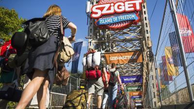 Budapest, 2016. augusztus 8. Fesztiválozók érkeznek a Sziget fesztiválra a budapesti Hajógyári-szigetnél 2016. augusztus 8-án. A kempingezõk már beköltözhetnek az augusztus 10-én kezdõdõ rendezvényre. MTI Fotó: Mohai Balázs