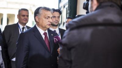 Valletta, 2017. február 3. A Miniszterelnöki Sajtóiroda által közreadott képen az Európai Unió máltai nem hivatalos csúcsértekezletére érkezõ Orbán Viktor kormányfõ nyilatkozik a közmédia stábjának Vallettában 2017. február 3-án. Mellette Havasi Bertalan