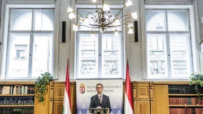 Budapest, 2016. augusztus 15. Varga Mihály nemzetgazdasági miniszter sajtótájékoztatót tart az önkormányzatoknak kiírt, elektromos töltõállomások létesítésérõl szóló pályázatról, a minisztériumban 2016. augusztus 15-én. Az 1,25 milliárd forintos keretöss