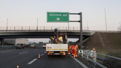 Verona, 2017. január 21.Az előző napon este történt buszbaleset helyszíne az A4-es autópályán az észak-olaszországi Veronánál 2017. január 21-én. A város közelében a budapesti Szinyei Merse Pál Gimnázium diákjait Franciaországból hazaszállító autóbusz ba