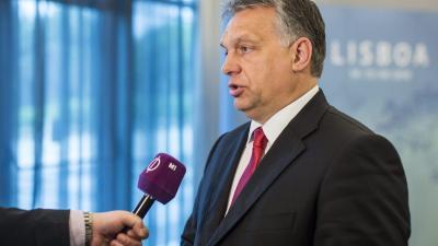 A Miniszterelnöki Sajtóiroda által közreadott képen Orbán Viktor miniszterelnök nyilatkozik a közmédia stábjának Lisszabonban, a Demokrata Centrumpártok Internacionáléja (CDI) végrehajtó bizottsága ülésének helyszínén 2016. április 15-én. MTI Fotó: Minis