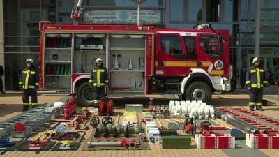Tűzoltók a Csabagyöngye Kulturális Központ előtt, a Tűzoltók napján. Archív fotó: Fazekas Róbert