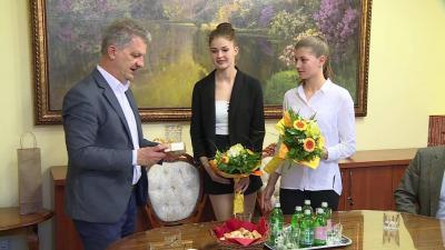 Szarvas Péter ajándékkal köszöntötte a két kiválóságot (Fotó: Ujházi György)