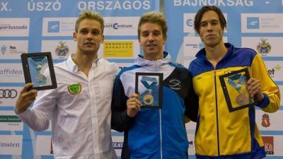 A győztes Bohus Richárd (középen) és a 100 méteres hátúszás két érmese, Balog Gábor (balra) és Telegdy Ádám (Fotó: Magyar Úszó Szövetség)