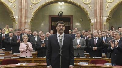 Budapest, 2017. május 8. Áder János újraválasztott köztársasági elnök (k) eskütétele az Országgyûlés plenáris ülésén 2017. május 8-án. A Fidesz-KDNP államfõjelöltjét az Országgyûlés 131 szavazattal választotta újra március 13-án. Jobbról Orbán Viktor mini