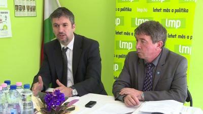 (balról) Hadházy Ákos és Takács Péter a sajtótájékoztatón
