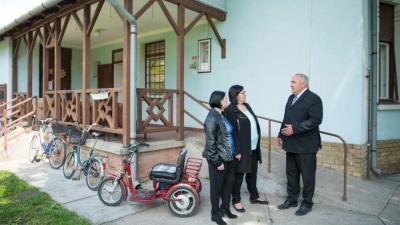 Bejárás az Öregtölgy Klubban Dávid Zoltán polgármesterrel és az Egyszéges Szociális Központ vezetőivel. Fotó: Domján Róbert