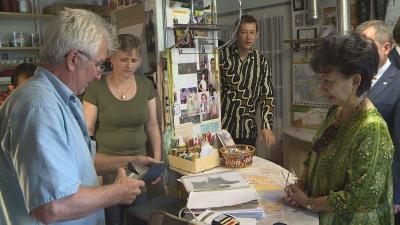 Csipai Imre cipészmester (balra) és Wening Esthyprobo nagykövet (jobbra) Gyomaendrődön