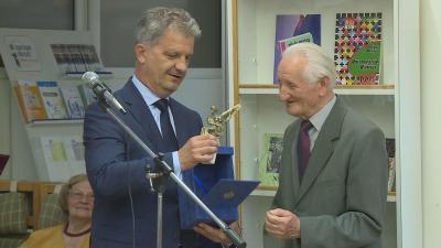 Gécs Béla egy ajándékot is átvehetett Szarvas Péter polgármestertől (Fotó: Kugyelka Attila)