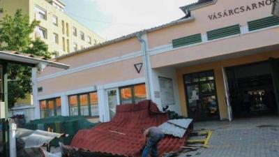 A bejárat elé esett a tető Fotó: Kecskeméti Krisztina