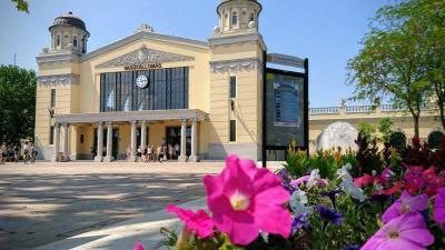 Virágok a csabai vasútállomásnál. Archív fotó: Hrabovszki Róbert