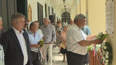 A városháza árkádsorán emlékeztek az áldozatokra (Fotó: Tóth Áron)