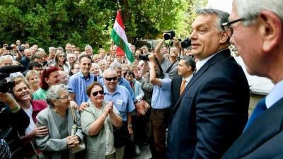 Orbán Viktor miniszterelnök helyi lakosokkal beszélget a hódmezővásárhelyi polgármesteri hivatal előtt. MTI Fotó: Koszticsák Szilárd