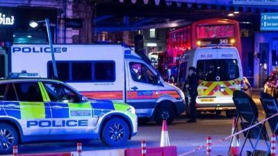Rendőrök a londoni London Bridge-nél  június 3-án (Fotó: MTI/EPA/Will Oliver)