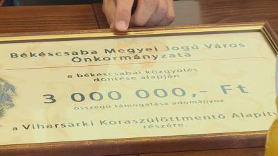 3 millió forinttal támogatta Békéscsabai a Békés megyei koraszülöttmentő beszerzését. Fotó: Kugyelka Attila
