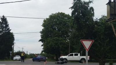 Füzesgyarmaton, a Kossuth utcában összeütközött egy személyautó és egy segédmotorral közlekedő nő. Fotó forrás: police.hu