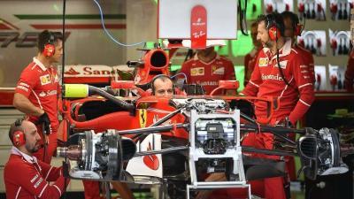 A Ferrari csapat szerelői a Hungaroringen, július 27-én (MTI fotó: Czeglédi Zsolt)