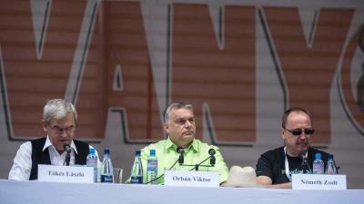 Orbán Viktor miniszterelnök (k) mellette Tõkés László (b) és Németh Zsolt (MTI fotó: Veres Nándor)