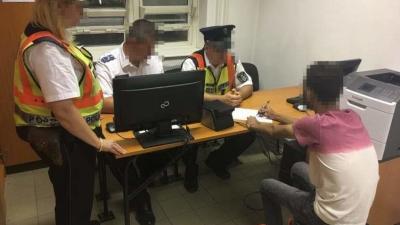 Lőkösházán elfogtak egy külföldi férfit, aki egyiptomi állampolgár és illegálisan, a zöldhatáron érkezett Magyarországra.  Fotó forrás: police.hu