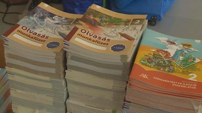 A legtöbb békéscsabai oktatási intézményben előre elkészített tankönyvcsomagok várják a diákokat. Fotó: Ujházi György