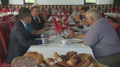 A mongol származású, de magyarországi kötődéssel is bíró delegáció tagjai, úgy vélik, hogy lenne igény Mongóliában egy olyan húsüzemre, ami a csabai húsfeldolgozás alapjaira épül. Fotó: Kugyelka Attila