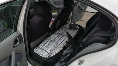 Csempészcigaretta az autóban. Fotó: NAV