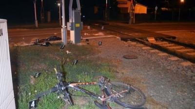 Békéscsabán motorvonat és kerékpáros ütközött. A kerékpárost a mentők súlyos, életveszélyes állapotban vitték kórházba. Fotó forrás: police.hu