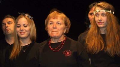 Galambosné Varjú Blanka középen, egy playback színházi előadáson