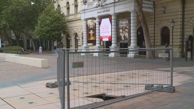 Beszakadt a Békéscsabai Jókai Színház előtti szökőkút augusztusban.