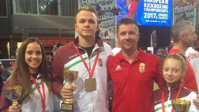 A három Európa-bajnok és a büszke edző (Fotó: Magyar Kick-Box Szakszövetség WAKO)