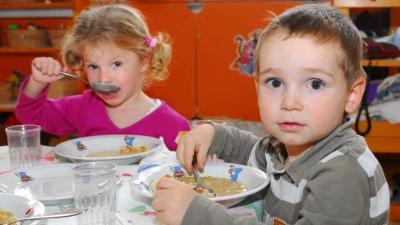 Ebédelő gyerekek - illusztráció (MTI Fotó: Czika László)