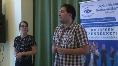 A két önkéntes, Bonnyai Anna és Sándor a könyvtárban számolt be az adományosztásról (Fotó: Kovács Dénes)