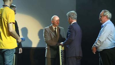 Medgyesi István Zoltán Szarvas Péter polgármestertől vette át az elismerést. Fotó: Ujházi György
