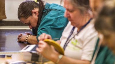 Dolgozók egy megváltozott munkaképességűeket foglalkoztató kft. telephelyén (MTI-fotó: Szigetváry Zsolt)