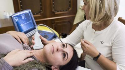 Nyaki ütőér ultrahangos vizsgálata stroke szűrés során (MTI fotó: Ujvári Sándor)