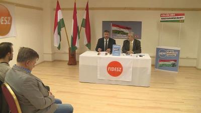 Halász János, a Fidesz-frakció szóvivője egy orosházi fórumon tartott előadást a Soros-tervvel kapcsolatos nemzeti konzultációról. Fotó: Kugyelka Attila
