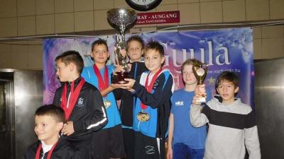 Csabai fiatalok a pontverseny első helyéért járó trófeával (Fotó: Békéscsabai Előre Úszó Klub)