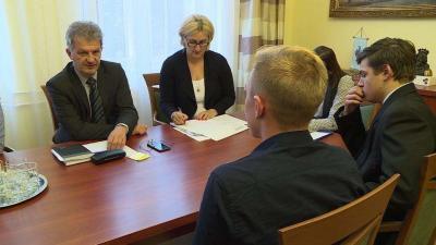 A városvezető Szenes Patrikkal, a Békéscsabai Diákönkormányzat alelnökével és Arbel Dániel diákpolgármesterrel 11 középiskolás tanulót fogadott a délután folyamán. Fotó: Ujházi György