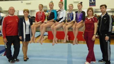 A csabai versenyzők, köztük a Kanyó Éva Kupa-győztes Szujó Dorka (trófeával) és edzőik (Fotó: Magyar Torna Szövetség)