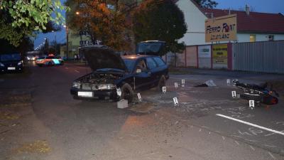 Személygépkocsi és egy motorkerékpáros ütközött össze Orosházán, mindkét járművezető megsérült. Fotó forrás: police.hu