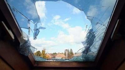 Így nézett ki a mezőkovácsházi könyvtár tetőablaka a betörés után. Forrás: police.hu