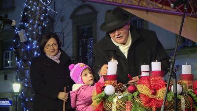 Kiss Tibor, Békéscsaba alpolgármestere és a Hajnal-Lenkey utcai óvoda egyik növendéke közösen gyújtották meg az első gyertyát 2017.12.03.-án. Fotó: Barna Tamás