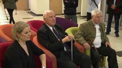 Ónodi Henrietta, a kiállítás megnyitóján két másik békéscsabai olimpiai bajnokkal, Palotai Károllyal (középen) és Gedó Györggyel (Fotó: Ujházi György)