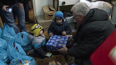 A polgárőrök 15 háztartásnak adományoztak tartós élelmiszercsomagot, valamint a gyerekek cipősdoboz ajándékokat is kaptak. Fotó: Kugyelka Attila