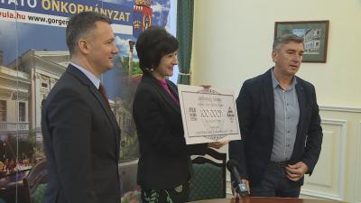 100 ezer forint az értelmileg akadályozott felnőtteknek - lakhatási költségeken enyhít Bora Imre cégének adománya. Fotó: Ujházi György