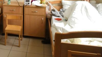 Kórházi ágyon fekszik a Bethesda Gyermekkórház egyik pacienese (MTI Fotó: Bruzák Noémi)